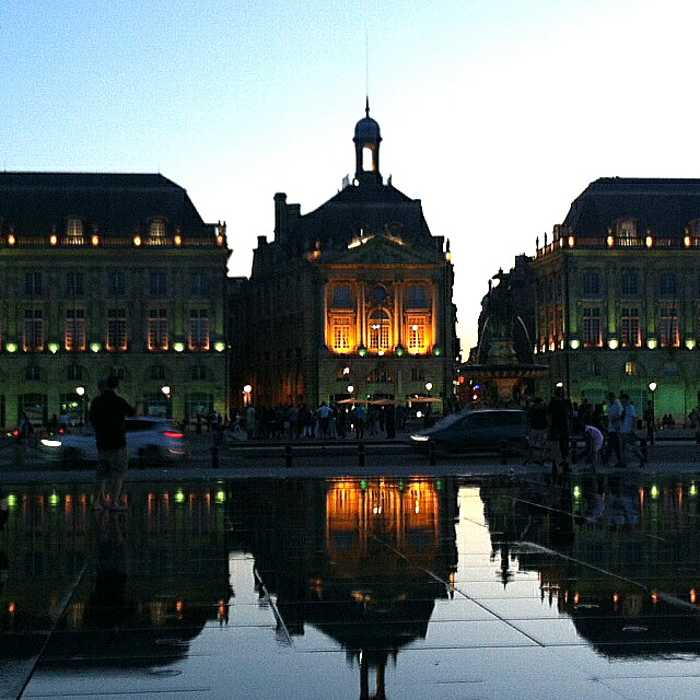 Miroir de l'Eau reflecting the Bourse